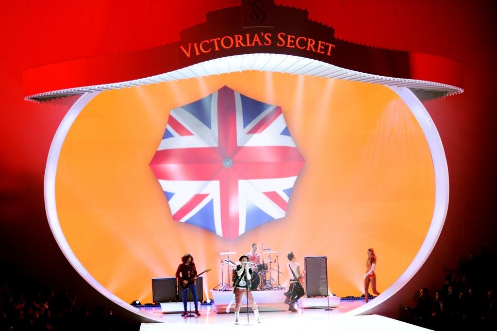 2013 VICTORIA'S SECRET Fashion Show – Runway