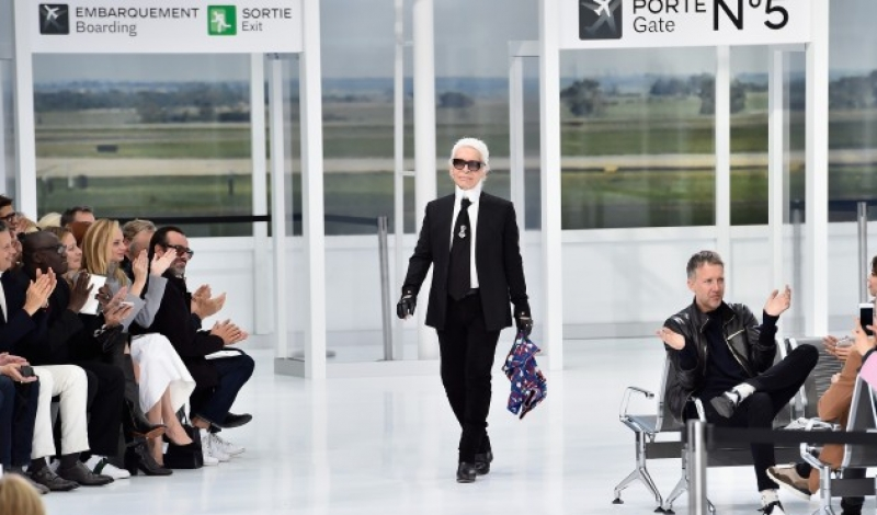 PARIS, FRANCE - OCTOBER 06: Karl Lagerfeld walks the runway during the Chanel show as part of the Paris Fashion Week Womenswear Spring/Summer 2016 on October 6, 2015 in Paris, France.  (Photo by Pascal Le Segretain/Getty Images)