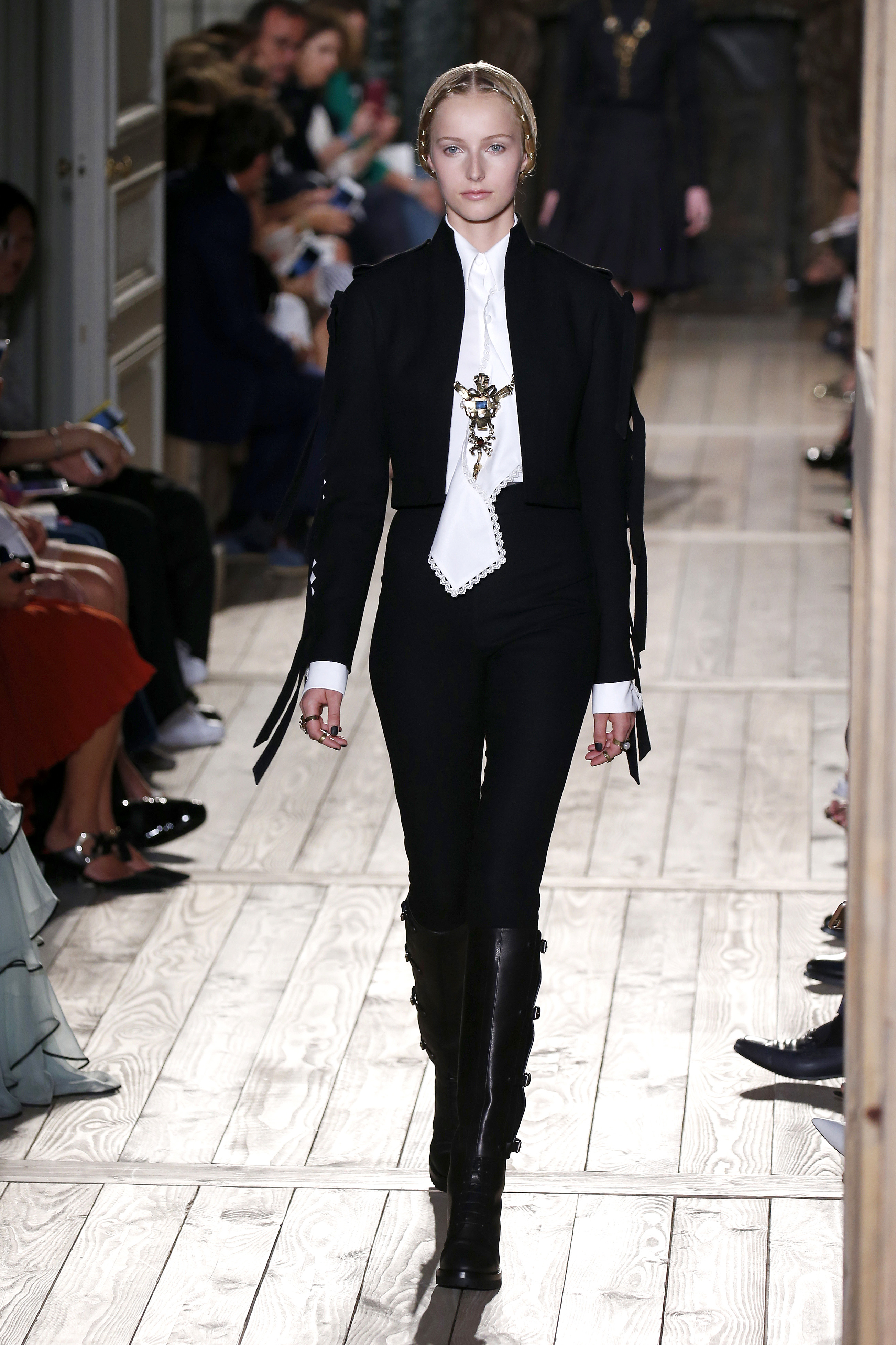 Valentino : Runway – Paris Fashion Week – Haute Couture Fall/Winter 2016-2017