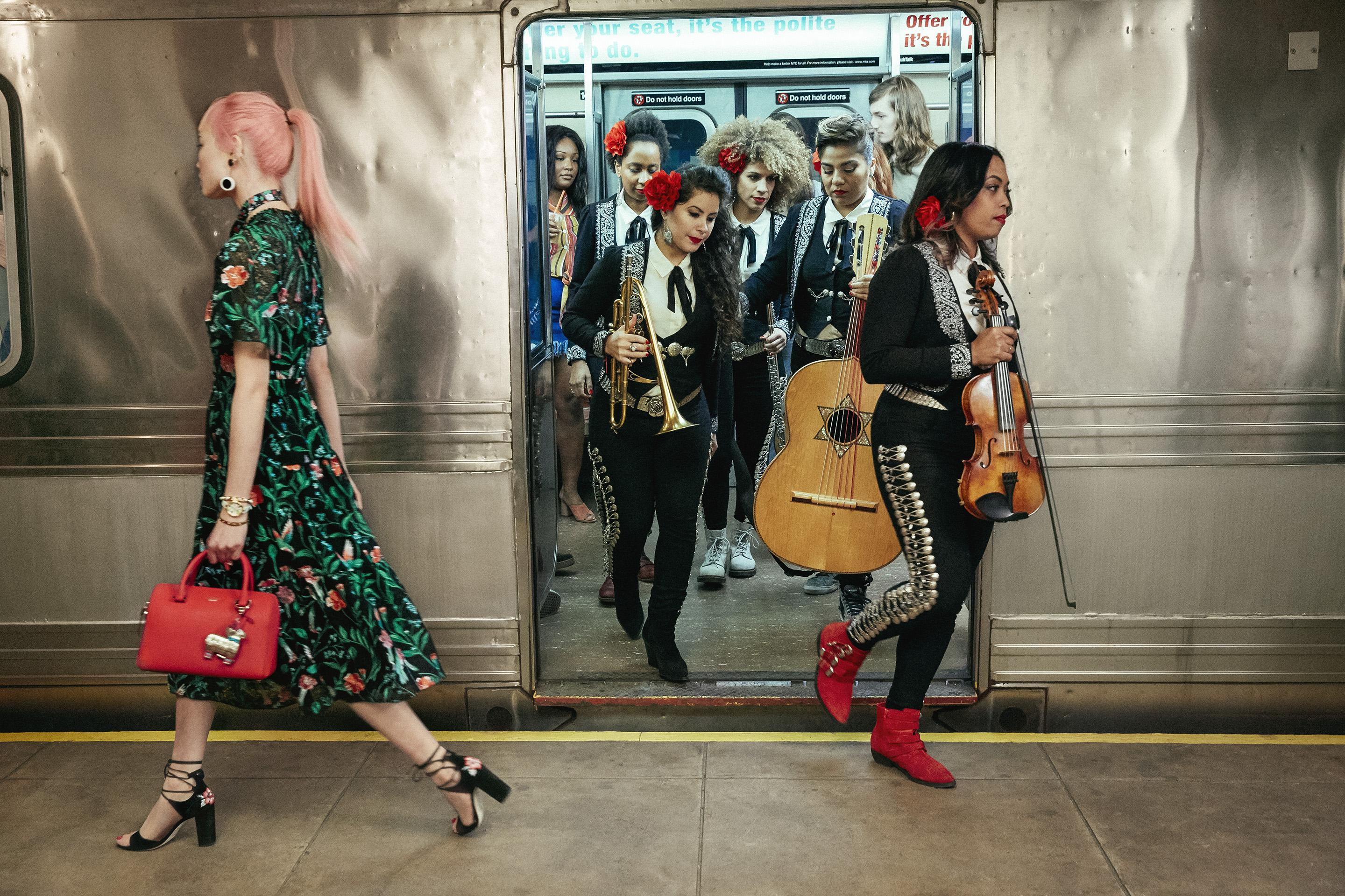 Model And Architecture Aficionado Fernanda Ly Returns As The Star Of Kate Spade New York S Campaign For Summer 2017 Which Gives A Nod To Artful